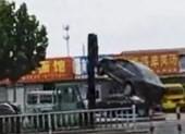 Cảnh sát Trung Quốc bắn chết tài xế xe nâng lao vào đám đông