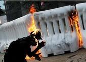 Người biểu tình Hong Kong xung đột người ủng hộ Trung Quốc