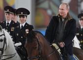 Ông Putin cưỡi ngựa cùng các nữ cảnh sát trước thềm 8-3