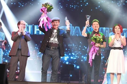 Đàm Vĩnh Hưng và nhạc sĩ Trần Tiến nhận giải