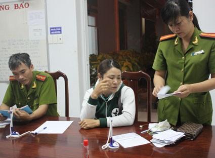 Đối tượng Lê Thị Hiền (giữa) tại trụ sở công an phường 10