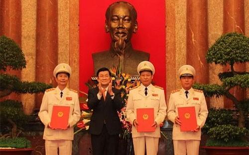 Chủ tịch nước Trương Tấn Sang trao quyết định thăng cấp bậc hàm Thượng tướng công an cho 3 Thứ trưởng Bộ Công an ngày 22-7-2013