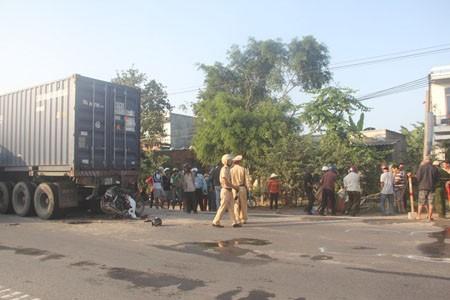 Công an có mặt tại hiện trường để điều tra làm rõ vụ tai nạn.
