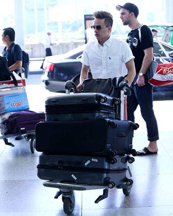 Hành trang khi một mình tới Mỹ lưu diễn dài ngày của Cao Thái Sơn là 3 chiếc va li bởi anh sẽ phải biểu diễn ở các khu vực thời tiết khác nhau. Nam ca sĩ Con đường mưa từng gặp phải sự cố về hành lý và phải kiểm tra lại.