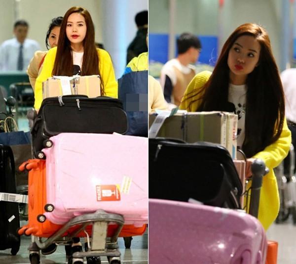 Hồi đầu tháng 3, Minh Hằng có chuyến công tác 5 ngày ở Hàn Quốc, dù thời gian ở không lâu nhưng nữ ca sĩ trẻ mang theo khá nhiều hành lý trong đó có 2 chiếc va li cỡ lớn.