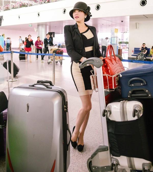 Lý Nhã Kỳ gây chú ý ở sân bay trước khi tới Indonesia với vẻ gợi cảm, vóc dáng thon gọn và cùng với số hành lý đồ sộ cô mang theo.