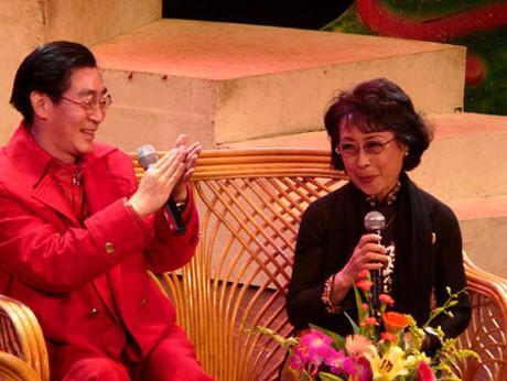 Lục Tiểu Linh Đồng giao lưu trong chuyến thăm Việt Nam năm 2010