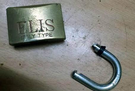 Ổ khóa bị phá tung.