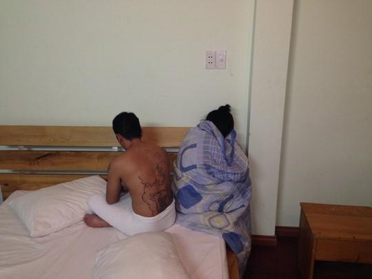 Một cặp nam nữ mua bán dâm bị công an bắt quả tang trong khách sạn Hồng Loan vào rạng sáng 5-4.