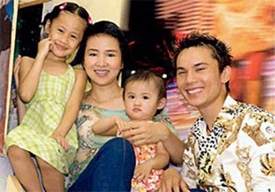 Anh Tú kết hôn với VĐV nổi tiếng Thúy Hiền và có hai con gái.