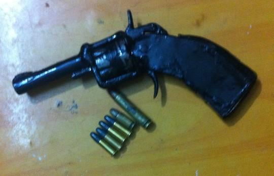 Bắt quả tang đang bán súng AK giá 10 triệu đồng