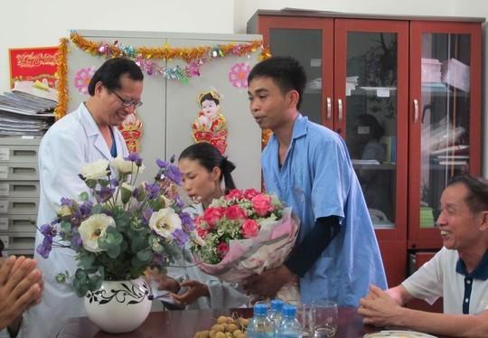 Bác sĩ trong Kho C8 chúc mừng hạnh phúc của cô dâu - bệnh nhân