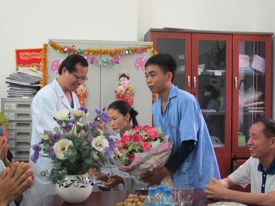 Cô dâu chú rể nhận hoa từ các y bác sĩ