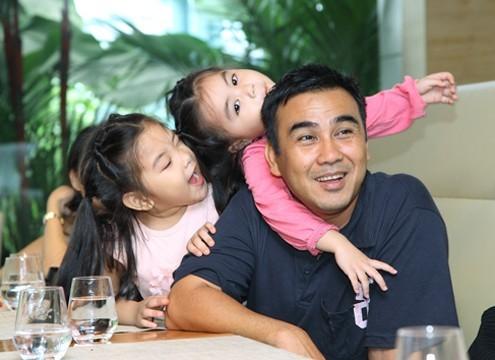 Quyền Linh có cuộc sống hạnh phúc và viên mãn bên gia đình.