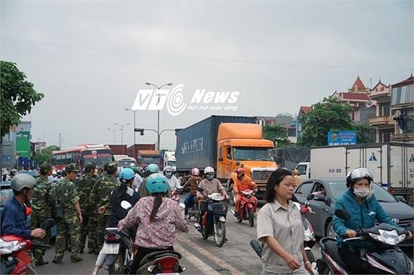 Do vụ TNGT xảy ra vào đầu giờ sáng nên hàng nghìn người dân đi làm qua đây bị trễ giờ, hàng trăm phương tiện đang lưu thông trên Quốc lộ 5 bị ùn tắc kéo dài trên 5 km, chờ đợi hàng giờ đồng hồ mới có thể lưu thông qua đây được.
