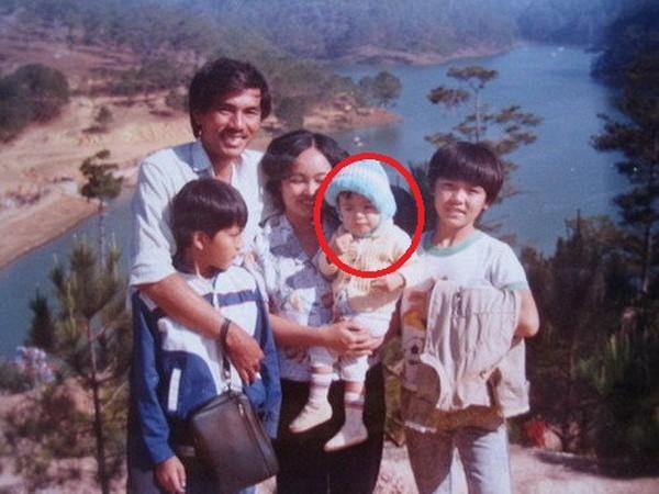 """Nhắc đến những ngôi sao có hoàn cảnh tuổi thơ thiếu thốn không thể thiếu Tăng Thanh Hà. Gia đình 5 người của """"ngọc nữ của màn ảnh Việt"""" từng phải bán nhà để trả nợ, lúc đó cô mới 10 tuổi. Nữ diễn viên theo gia đình mưu sinh ở khắp nơi, sống tạm bợ trong những căn nhà trọ."""