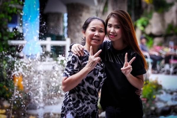 Tới khi bố mẹ Khởi My chia tay, mẹ cô vừa mở tiệm tạp hóa, vừa kiếm thêm việc bán củi khô ở chợ huyện Long Khánh, tỉnh Đồng Nai. Để đỡ đần mẹ, Khởi My cũng chăm chỉ chạy show hát ở các tụ điểm đám cưới, nhà hàng.