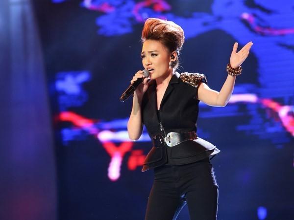 Thời gian không có bố mẹ bên cạnh đã giúp nữ ca sĩ rèn luyện sự mạnh mẽ, tự lập. Mới đây khi vừa lên ngôi Quán quân Vietnam Idol 2014, Nhật Thủy vướng vào nghi án liên quan đến việc nhắn tin bình chọn.