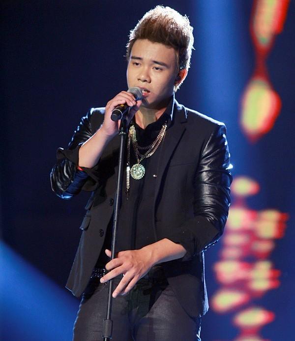 Nam ca sĩ cũng bắt đầu đi làm phụ hồ thuê để kiếm sống qua ngày và nhiều công việc khác. Khoảng thời gian khốn khó cũng khiến bạn gái Đông Hùng ở Hà Nội chia tay anh. Nhiều khán giả theo dõi quá trình Đông Hùng ở Vietnam Idol 2014 nhận định anh có vẻ ngoài chín chắn hơn độ tuổi 21.