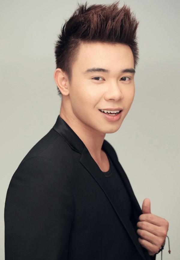 Đông Hùng – top 3 Vietnam Idol 2014 từng có cuộc sống sung túc cho tới khi gia đình anh phá sản với số nợ lên đến 14 tỷ. Từ một người không cần lo nghĩ đến tài chính, Đông Hùng và gia đình phải đi ở trọ, hiện tại bố và em trai anh đang sống ở quê.