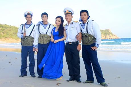 Ca sĩ Khánh Hòa chụp hình lưu niệm cùng những chiến sĩ Trường Sa