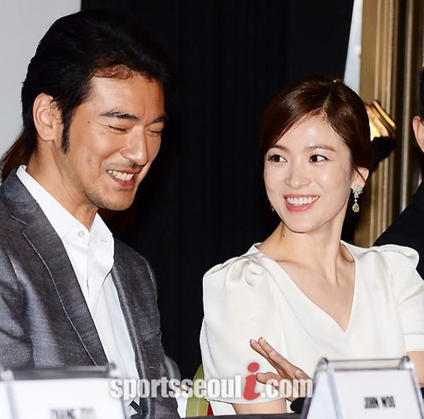 Tại buổi họp báo, đoạn trailer của The Crossing được công chiếu trong đó có phân cảnh nhân vật của Song Hye Kyo và Kim Thành Vũ khóa môi.