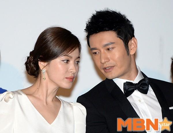 Nhập Nữ diễn viên ngồi cạnh 2 bạn diễn Huỳnh Hiểu Minh và Kim Thành Vũ, thi thoảng cô quay sang nghe Hiểu Minh bàn chuyện cùng và cười rạng rỡ. Thời gian đóng phim ở Trung Quốc khá lâu giúp Song Hye Kyo thân quen thêm nhiều đồng nghiệp xứ bạn.