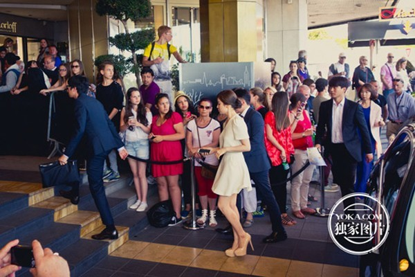 Sau buổi họp báo, Song Hye Kyo nhanh chóng quay trở về khách sạn JW Marriott để thay trang phục dự tiệc sẽ diễn ra sau đó.