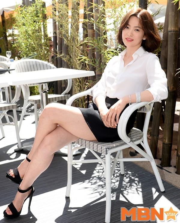 Tới sáng ngày hôm nay (18/5 theo giờ địa phương), Song Hye Kyo dự buổi phỏng vấn với báo giới. Người đẹp mặt mộc vẫn trung thành với phong cách nữ tính, thanh lịch quen thuộc với áo sơ mi trắng, chân váy đen và để tóc ngắn trẻ trung.