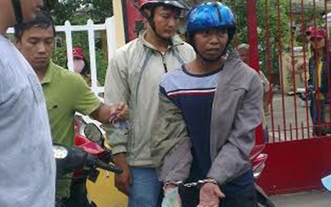 Đối tượng Đào Công Bằng bị bắt quả tang khi đang nhận tiền.