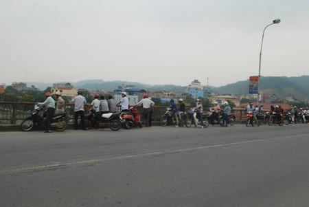 Rất nhiều người dân tập trung trên cầu theo dõi việc vớt thi thể người xấu số