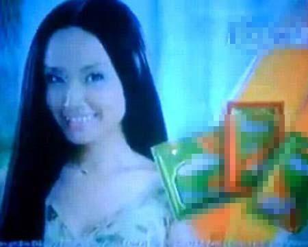 """Hoa hậu Việt Nam Mai Phương Thúy là một gương mặt quảng cáo sáng giá. Tuy nhiên, cô từng mắc sai lầm khi tham gia chiến dịch quảng cáo của một thương hiệu dầu gội đầu. Trong clip quảng cáo này, Mai Phương Thúy đóng vai cô gái có mái tóc óng mượt theo bạn trai về gặp gia đình. Nhưng trước câu hỏi của mẹ chàng trai: """"Cháu duỗi tóc ở tiệm à?"""", cô gái xinh đẹp đáp cụt lủn: : """"À không, chỉ là ... thôi!""""."""