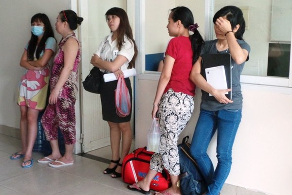 Nhiều người chỉ kịp mang theo tài sản có giá trị trong khi cố gắng di chuyển khỏi tòa nhà.