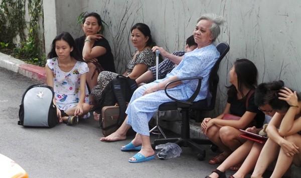 Người già và trẻ em được cõng để di tản nhanh nhất xuống đất. Nhiều người rất lo lắng và hồi hộp chờ đợi.