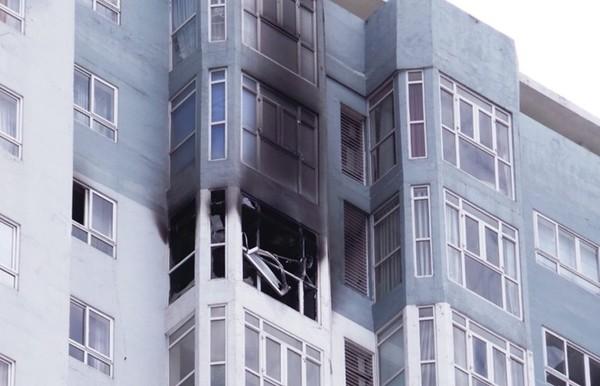 Thông tin ban đầu cho biết, thời điểm trên, người dân nghe một tiếng nổ lớn phát ra từ căn hộ trên rồi ngọn lửa bốc lên rất mạnh, phá vỡ kính cửa sổ rơi xuống đường.