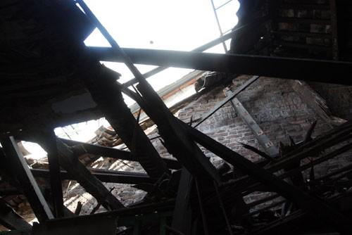 Phần mái căn nhà bị mục nát có nguy cơ đổ tiếp. Ảnh: An Nhơn