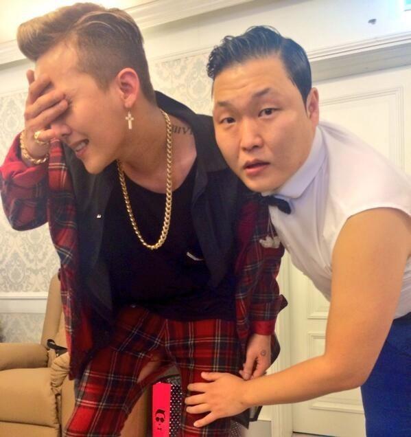 Khi là khách mời trong concert của Psy năm 2013, G-Dragon diễn sung tới mức bục cả chỉ quần. Psy đã tung hẳn bức ảnh kỷ niệm chụp cùng G-Dragon trong hậu trường