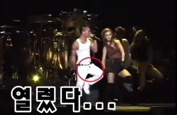 Sự cố quên kéo khóa quần dường như là tai nạn khá phổ biến của sao nam. Anh chàng Taeyang của Big Bang cũng từng vô tư biểu diễn trong chiếc quần trắng tinh, mà không hay biết mình đã đãng trí như thế nào.