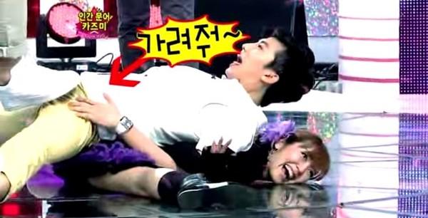 Nếu các sự cố kể trên của sao nam có thể đổ thừa cho chiếc quần hay tội đãng trí, thì tai nạn của Wooyoung (2PM) lại rất khó nói. Trong một trò chơi trên Star King, do tiếp xúc cơ thể với một cô gái, nên Wooyoung không tránh khỏi phản ứng sinh lý. Với tiêu chí là chương trình hài hước, nên ekip Star King đã không bỏ lỡ cảnh quay