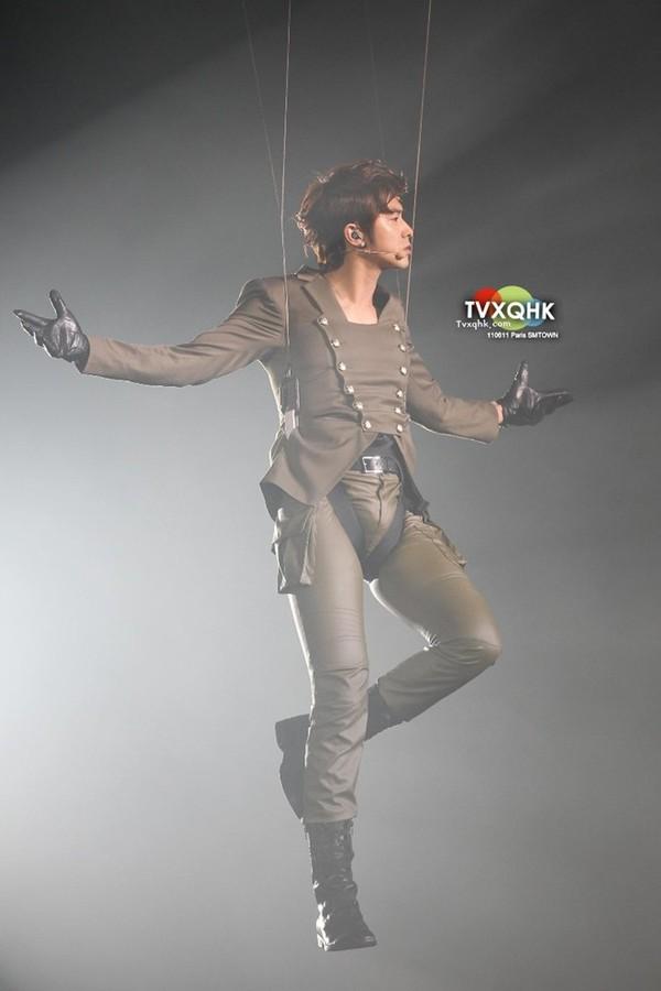 Trưởng nhóm nhạc đình đám TVXQ cũng không ít lần dính sự cố bục chỉ quần. Tuy nhiên, đôi khi lỗi từ stylist phục trang còn dễ khiến fan đỏ mặt hơn. Trong SMTown Paris năm 2011, TVXQ được ưu ái xuất hiện như những vị thần giáng xuống từ trời cao trong tiếng nhạc hoành tráng.