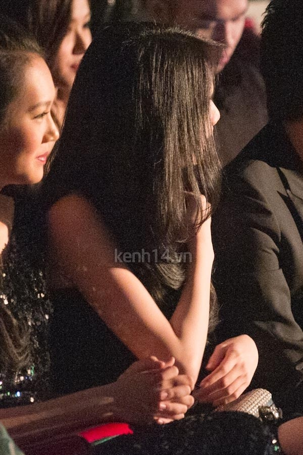 Ngọc Trinh khi xuất hiện trong một sự kiện dù ăn mặc khá đơn giản với bộ đầm bo sát màu đen nhưng cô tỏ ra khá mất tự tin khi ngồi ở hàng ghế VIP