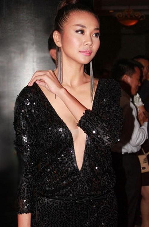 Nhưng Thanh Hằng luôn cảm thấy bất an và phải đưa tay kiểm tra váy liên tục.