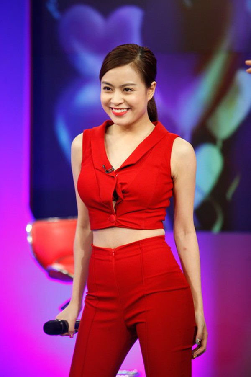 Sao Việt loay hoay chỉnh váy áo giữa chốn đông người