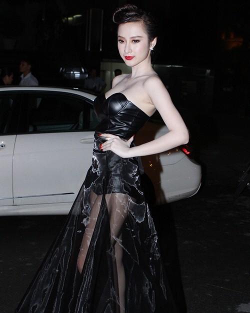 """Angela Phương Trinh chọn cho mình một bộ trang phục siêu gợi cảm khoe khéo vòng một sexy và đôi chân dài thẳng tắp tham dự sự kiện. Mặc dù không biểu diễn nhưng sự xuất hiện của cô đã khiến sự kiện """"nóng"""" hơn bao giờ hết."""
