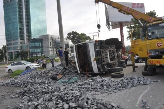 Xe tải lật nghiêng khiến toàn bộ đá rơi xuống đường