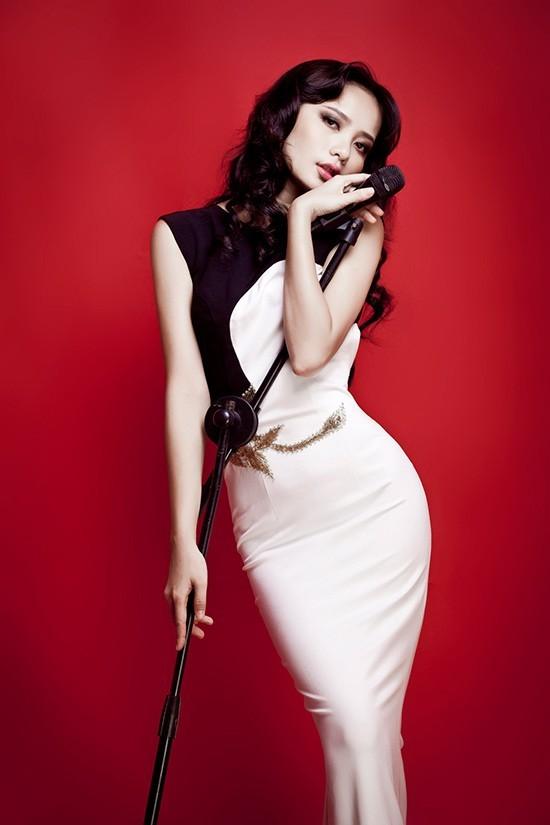 Phan Như Thảo sinh năm 1987, cô cao 1,73m. Sở hữu nước da bánh mật, khuôn mặt xinh xắn với đôi má lúm đồng tiền, Phan Như Thảo từng lọt vào Top 10 Hoa hậu Thế giới người Việt, Siêu mẫu Phong cách Siêu mẫu Việt Nam 2008, Á hậu VN Hoàn cầu, Giải thưởng người mẫu châu Á.