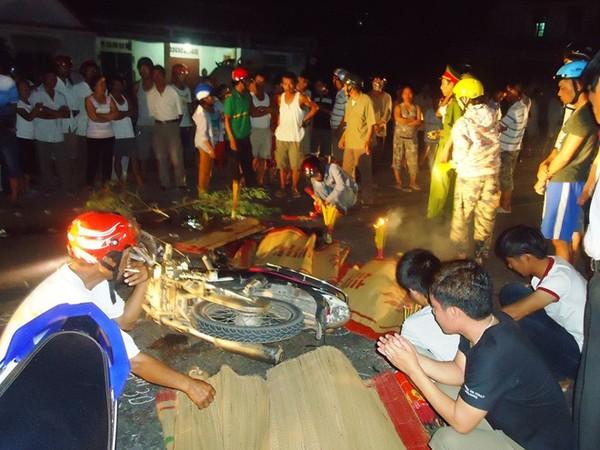 Xe máy đối đầu, 4 người chết tại chỗ, 2 nguy kịch