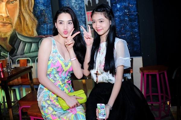 Tam Triều Dâng diện váy gợi cảm trong tiệc trưởng thành