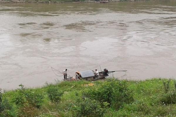 Cơ quan chức năng vớt thi thể người tự tử trên sông Đuống.