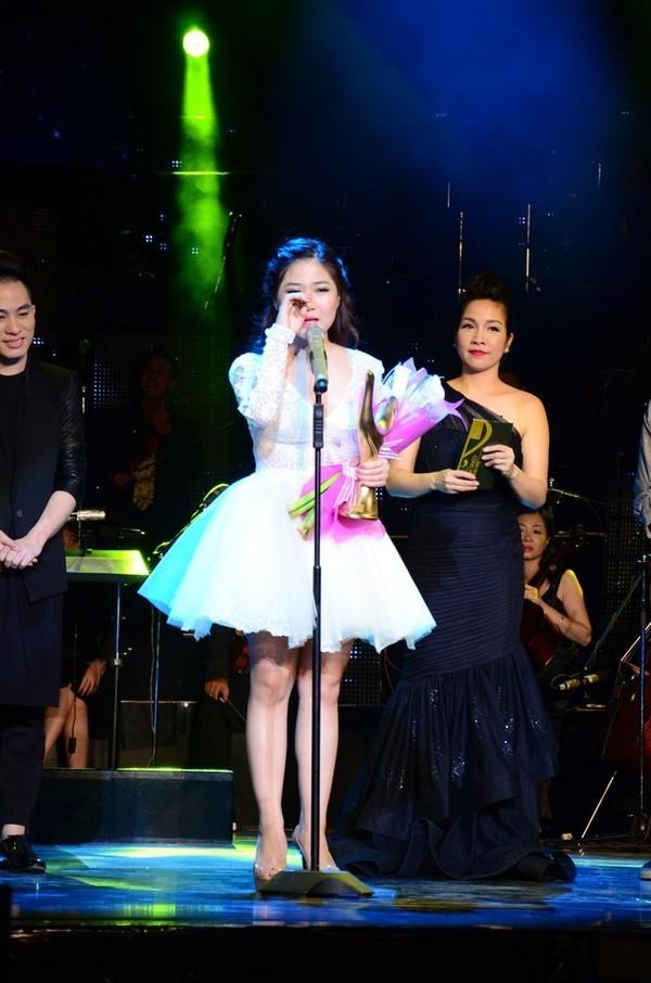 Nữ ca sĩ không cầm được nước mắt khi lên sân khấu nhận giải Cống Hiến.